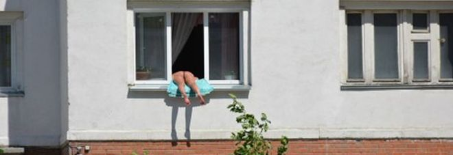 Nuda prende il sole sulla finestra i vicini troppo - Davanzale finestra ...