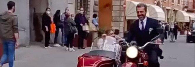 Argentero e la moglie in sidecar per le vie di Città della Pieve (foto Tik Tok)