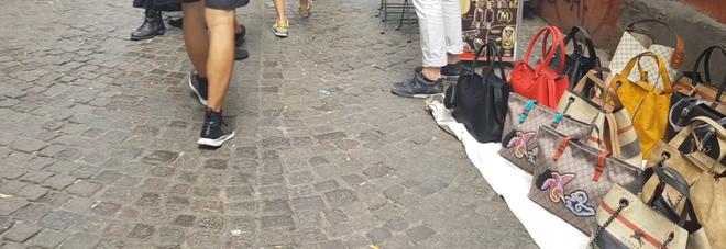 f357894bd7 Viaggio nel bazar contraffazione: così gli abusivi conquistano la ...