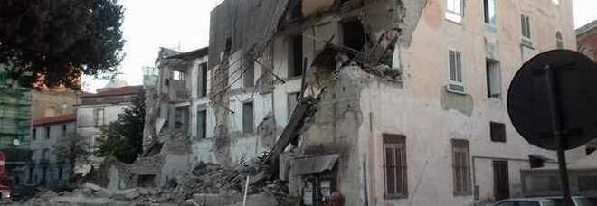 Aversa, crolla vecchio fabbricato disabitato: scavi sotto le macerie, nessun ferito