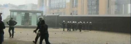 Alta tensione a Bruxelles, scontri tra pro migranti ed estrema destra