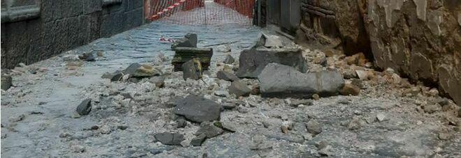 Paura a Napoli: crolla pezzo di cornicione da un palazzo della Curia, nessun ferito