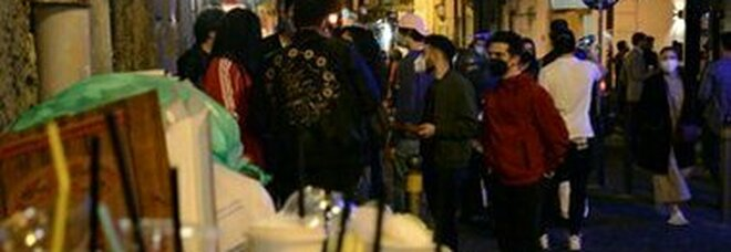 Movida a Napoli, la guerra dei baretti: al Vomero orari limitati, a Chiaia no