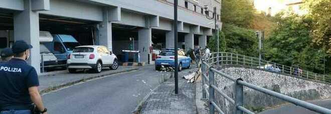 Frosinone, sale in cima al parcheggio multipiano e si lancia nel vuoto: morto a 34 anni