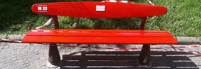 Fuorigrotta: La panchina rossa simbolo della lotta alla violenza delle donne.