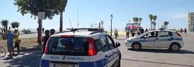 Salerno, nella piazza di De Luca vietato anche giocare a pallone