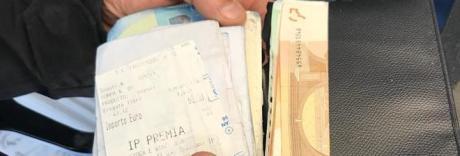 Trova un portafoglio con 1000 euro e lo restituisce: «Grazie Salerno»