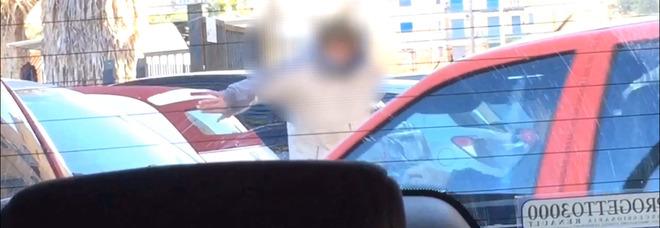 Napoli, parcheggiatori abusivi operano indisturbati davanti ai vigili urbani. La denuncia dei cittadini: «Siamo abbandonati»
