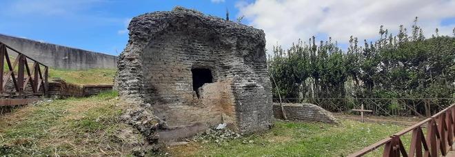 Napoli, sesso nel mausoleo romano di Pianura