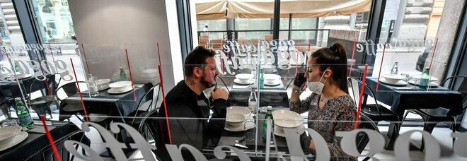 Covid, mangiare al ristorante è l'attività più a rischio. La ricerca: «Rischio contagio raddoppia»