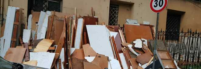 Napoli nel degrado, la Ruota degli Esposti sfregiata: è diventata una discarica di rifiuti