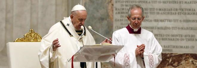 Papa Francesco alla Veglia pasquale in Vaticano: «È il giorno del silenzio, l'ora più buio. Dio non ci ha lasciato soli»