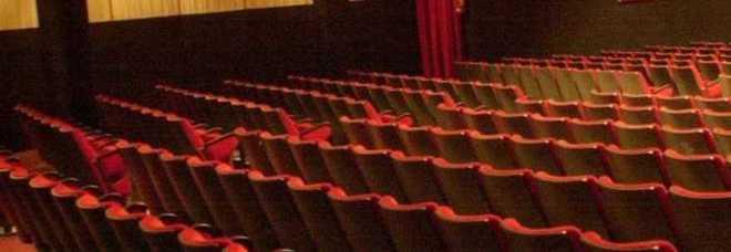 Ragazzini gratis al cinema per fare sesso: il locale era diventato un'alcova