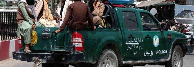 Afghanistan, la tela di Karzai: «Dare fiducia ai talebani». Trattative in corso per formare un governo «inclusivo»