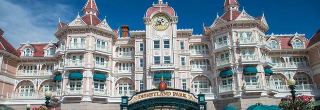 Mamma finge di avere un cancro terminale e organizza una raccolta fondi per andare a Disneyland