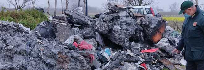 Scarti, plastica bruciata ed eternit: scoperta discarica nel Nolano