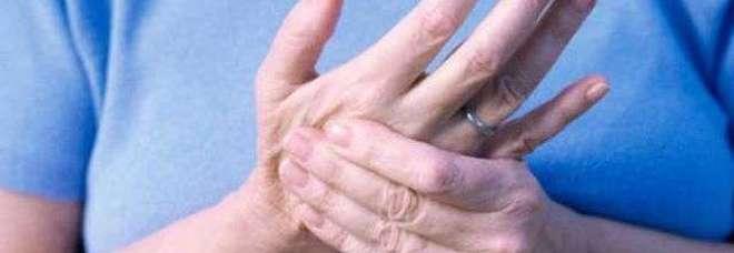 Formicolio ai piedi e alle mani, ecco perché succede: nei casi più gravi si può morire