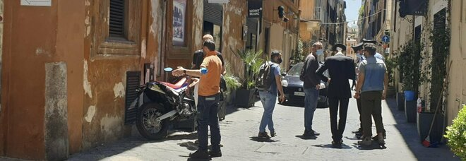 Roma, 13enne si lancia dal terzo piano dopo una lite in casa per i compiti: è grave