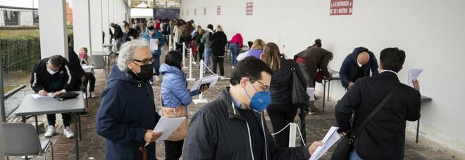 Vaccini a Napoli, esaurite le scorte Pfizer: tre ore in fila alla Mostra d'Oltremare