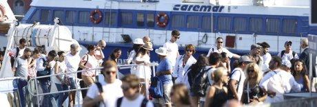 Tornano i bagarini al molo Beverello:  «Vendono i biglietti dei residenti»