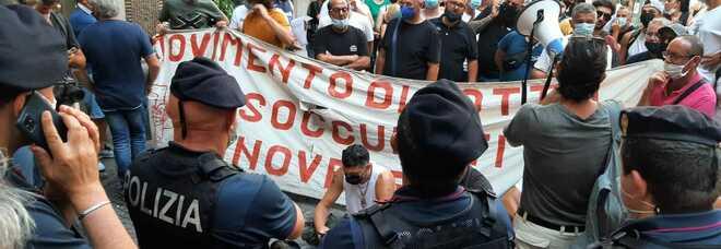 Matteo Renzi all'Augusteo, la protesta dei disoccupati: «Vogliamo il reddito di cittadinanza»