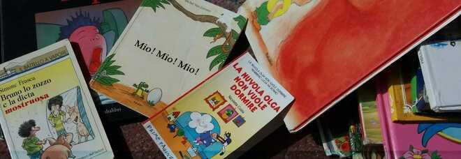 Alcuni dei libri recuperati dai cassonetti