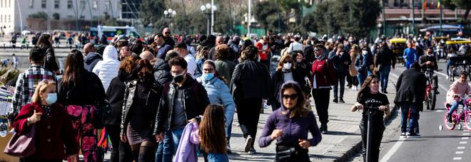 Covid e varianti a Napoli, ancora mega folla sul lungomare: inascoltati gli appelli del governatore