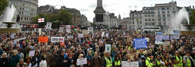 Covid, scontri e proteste a Londra contro il lockdown: oltre 15mila persone a Trafalgar Square