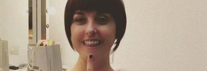 Nadia Toffa e il tenero post con la parrucca mora: «Oggi è giorno di cure... Teniamoci allegri»