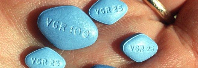 Fa bere al compagno di classe un drink corretto al Viagra: 16enne sospeso a scuola