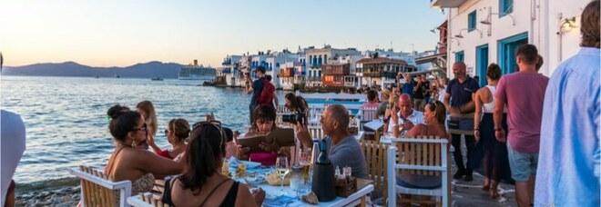 Contagi record a Mykonos, l'allarme: «Almeno 5mila napoletani sull'isola»