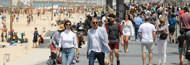 Israele toglie la mascherina: non è più obbligatoria all'aperto, ma il divieto rimane nei luoghi chiusi