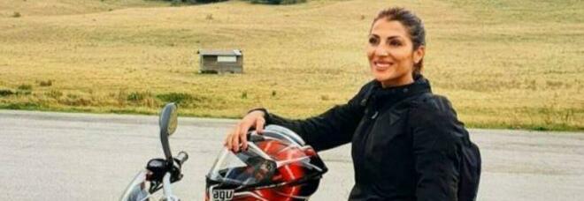 Moto contro auto, Antonella muore a 32 anni. Forse è stata sbalzata da una buca