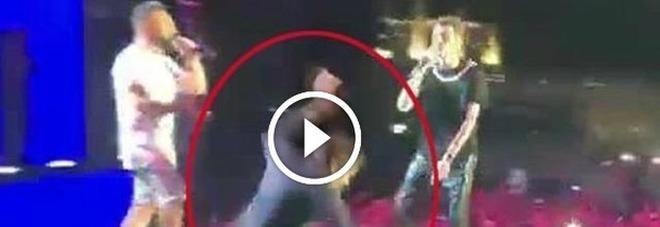 Gianni Morandi precipita giù dal palco mentre canta
