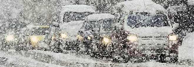 Maltempo, forti nevicate al nord, viabilità rallentata e passi chiusi, il vento ostacola i collegamenti con le isole Le previsioni