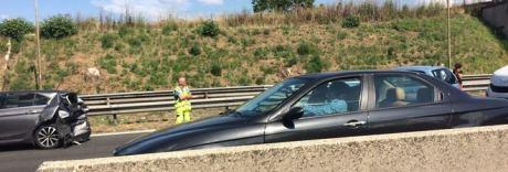 Incidente allo svincolo per l'A16, tre chilometri di coda, traffico in tilt
