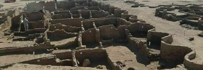 """Egitto, scoperta la """"città d'oro perduta"""" vicino Luxor: risale a 3000 anni fa sotto il regno di Amenhotep III"""