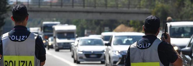 Autista furgone imbocca contromano autostrada: ritirata la patente