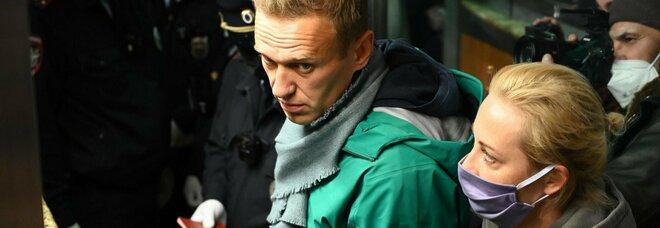 Navalny fermato all'arrivo a Mosca, sgomberati sostenitori e giornalisti
