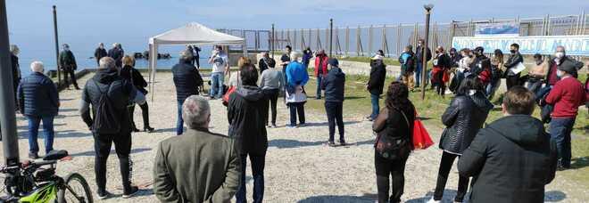 Napoli, assemblea sulla spiaggia di San Giovanni contro il deposito di gas