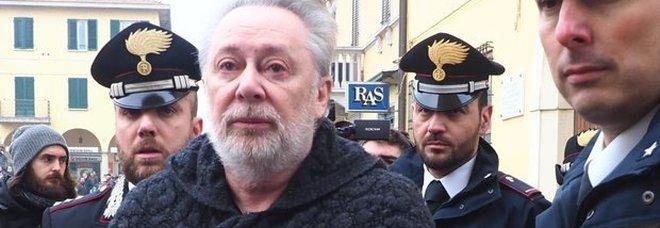 Lele Mora rapinato in un campo rom: aveva 40 mila euro in contanti