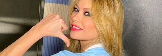 Anna Falchi hot, festeggia la Lazio con indosso solo la maglia di Ciro Immobile: si vede tutto