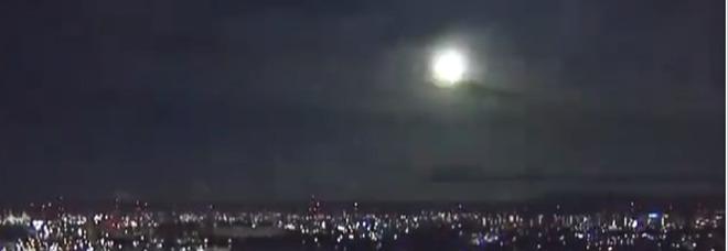 Giappone: sfera di fuoco esplode in cielo durante la notte