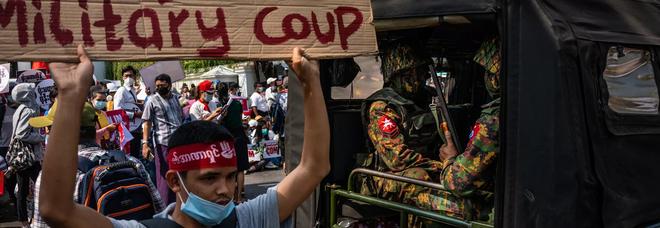Dramma Myanmar, la polizia spara sulla folla. Onu: «Bagno di sangue, almeno 18 morti»