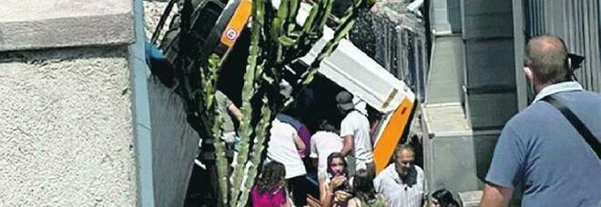 Capri, nell'incidente del minibus l'autista è morto d'infarto: la sua Rosaria aspetta un figlio