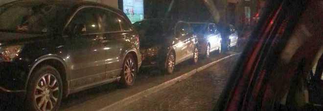 Napoli, le auto occupano completamente il marciapiede  E la