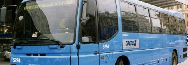 Roma, sale sul bus senza mascherina e aggredisce l'autista: arrestato