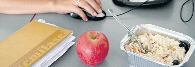 Dieta, come salvare la linea dalla pausa pranzo. Il nutrizionista: «Evitare carni o pesci grassi»