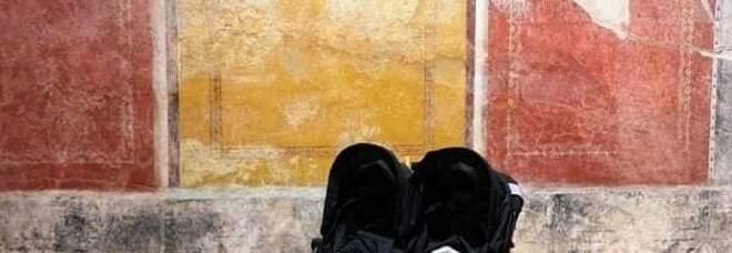 Due baby turisti fanno impazzire i social: i gemelli neonati ammaliati dagli affreschi di Pompei