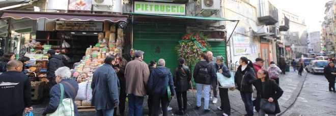 Folla spontanea davanti al negozio teatro della tragedia a Napoli (newfotosud, Renato Esposito)